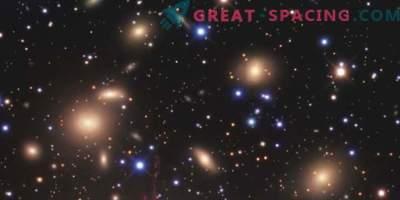 Lentilles gravitationnelles autour d'un amas galactique incroyablement dense