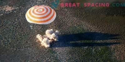 L'astronaute et deux astronautes rentrés de l'ISS