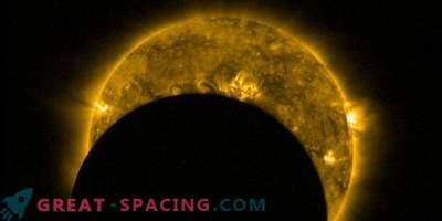 Vue de l'espace: éclipse solaire partielle